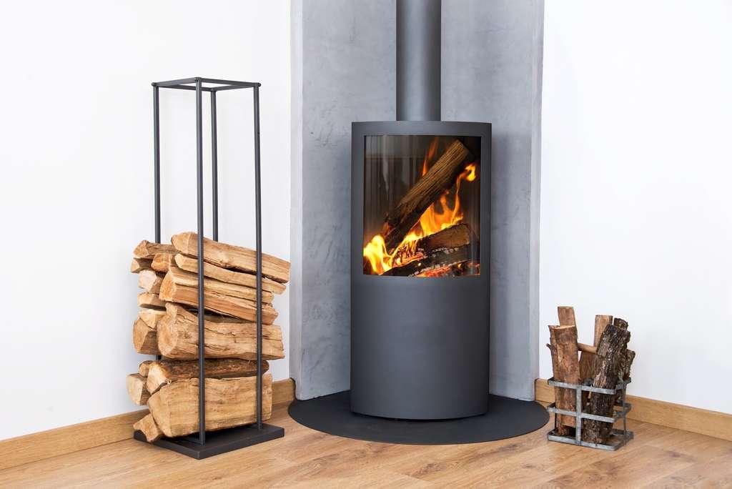 Un conduit d'évacuation de cheminée encombré de poussière va surconsommer pour continuer à fonctionner. Pour éviter cet encrassement, l'astuce consiste à allumer le feu par le haut. © Delpixart