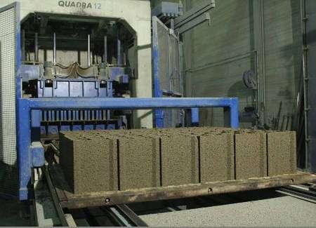 Le bloc béton est fabriqué dans des presses à démoulage immédiat. Les éléments sont compactés en combinant compression et vibration. © Blocalians
