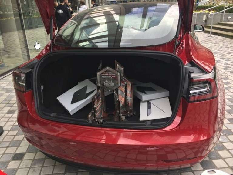 Le coffre bien garni de la Tesla Model 3 remportée par le duo de hackers Fluoroacetate qui ont cumulé 375.000 dollars de primes pour leurs exploits. © Zero Day Initiative