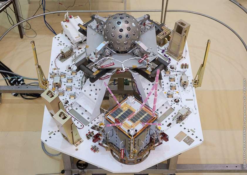 Une partie de la charge utile confiée au lanceur Vega du tir VV01. On remarque au centre le satellite italien Lares (Laser Relativity Satellite), porteur d'une expérience vérifiant l'effet Lense-Thirring prévu par la relativité générale. L'engin porte 92 rétroréflecteurs chargés de renvoyer des rayons laser émis depuis le sol afin de déterminer l'altitude du satellite. En avant-plan, un des satellites CubeSat. © Esa