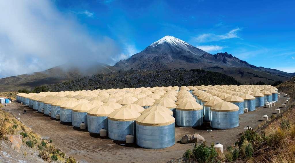Une vue de l'observatoire High-Altitude Water Cherenkov, situé à plus de 4.000 mètres d'altitude sur les pentes d'un volcan mexicain. Les 300 réservoirs contiennent de l'eau très pure et des détecteurs de rayonnement Cerenkov, une sorte de « bang » lumineux qui se produit dans l'eau au passage de particules chargées très rapides. © J. Goodman, HAWC Collaboration
