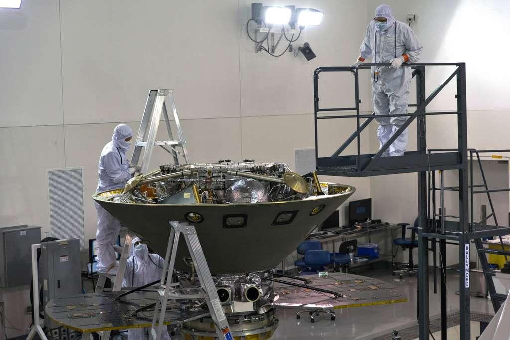 La sonde InSight logée dans la partie arrière de son bouclier de protection. Dessous se trouve l'étage (ou module) de croisière qui amènera la sonde jusqu'à Mars. © USAF 30th Space Wing, Dan Herrera