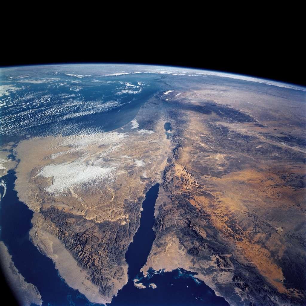 Le golfe d'Aqaba est visible au centre de cette photographie prise par la navette spatiale Columbia en 2002. Il pourrait bientôt être relié à la mer Morte, située un peu plus haut dans son prolongement, par un pipeline de 180 km de long. © Nasa, Flickr, cc by sa 2.0