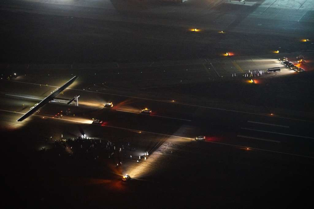Pose nocturne de l'avion solaire SI2, piloté par Bertrand Piccard, sur l'aérodrome d'Abou Dhabi, d'où l'avion avait décollé le 9 mars 2015, aux mains d'André Borschberg. © Solar Impulse