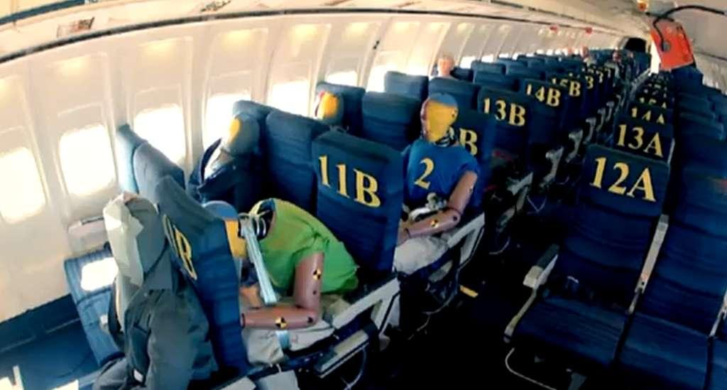 Une quinzaine de mannequins équipés de capteurs ont subi le crash d'un Boeing 727 en 2012. © Capture d'écran, awesomeweb, Dailymotion