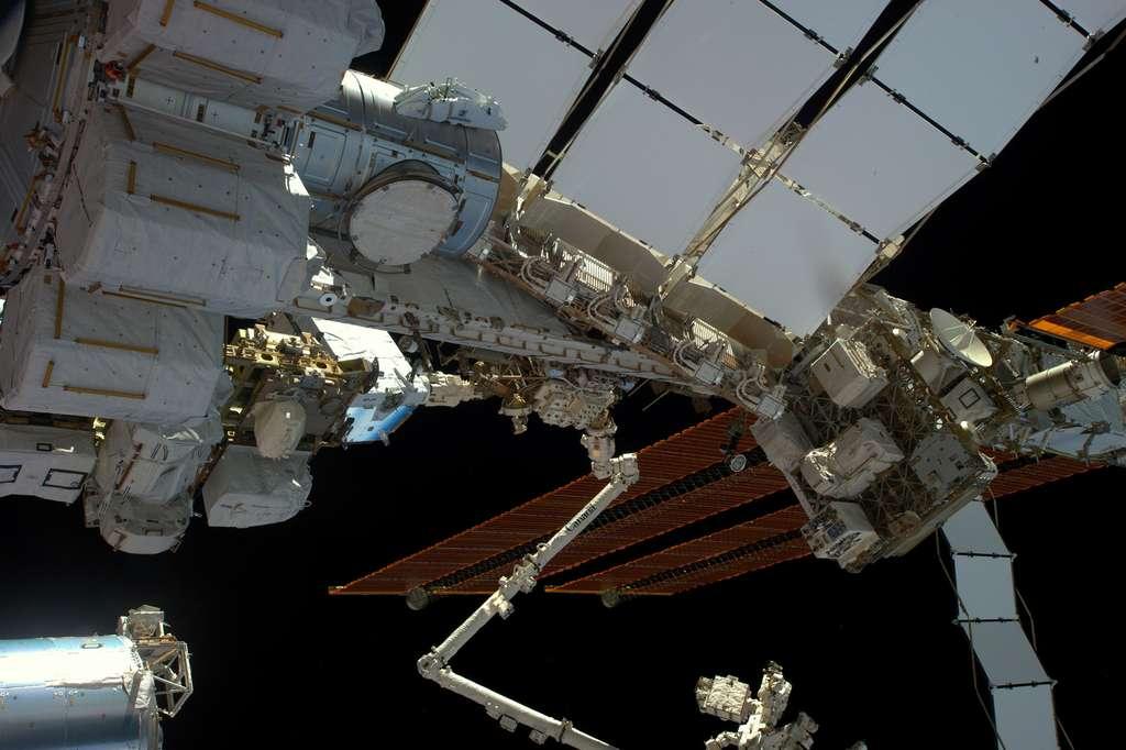 La poutre de la Station spatiale (c'est-à-dire sa structure principale) et la porte du sas (ronde, en haut à gauche) qui s'ouvre vers le bas. On aperçoit, sous les panneaux solaires, les batteries que Thomas et l'Américain Shane Kimbrough ont changé lors de leur sortie dans l'espace. © ESA, Nasa