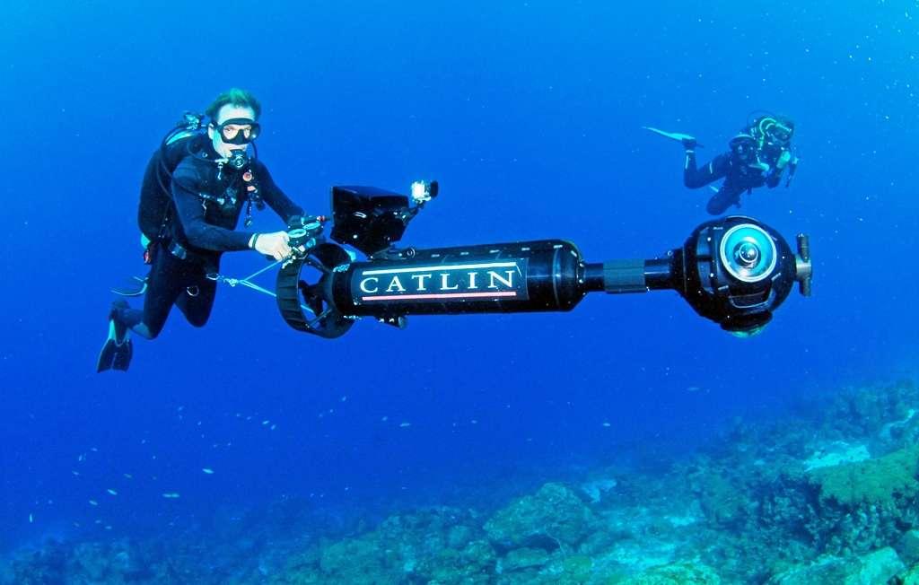 Christophe Bailhache en pleine action à Curaçao. Il utilise l'appareil photographique dont il est l'un des concepteurs, le SVII. © Catlin Seaview Survey, Barry Brown