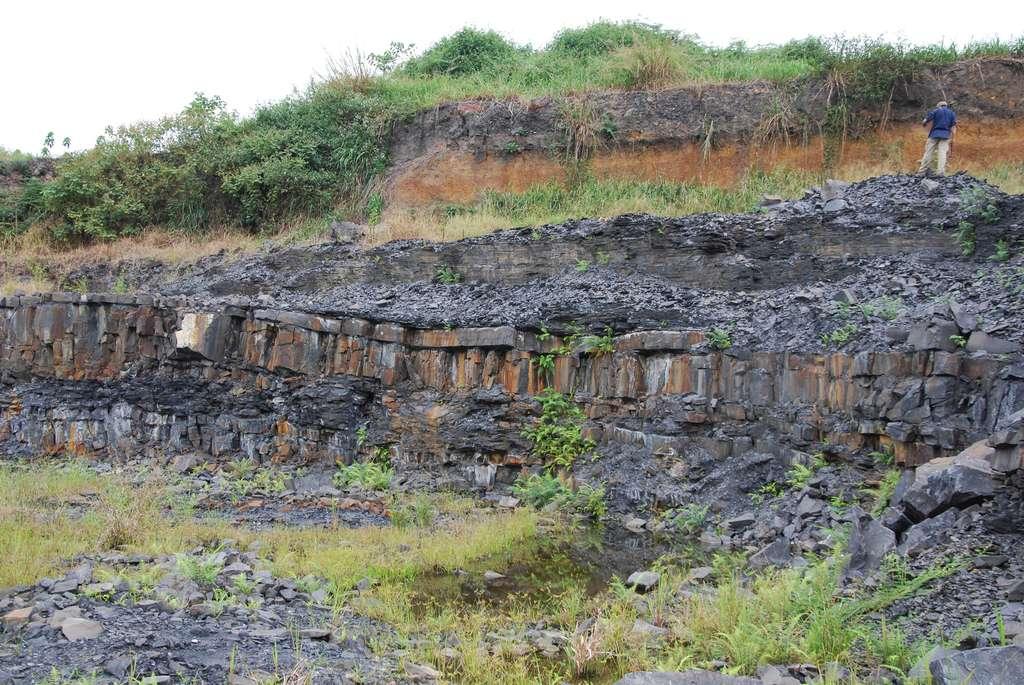 Ces couches d'argile et de limons datent de plus de deux milliards d'années. Beaucoup les ont vues mais personne n'a remarqué les fossiles qu'elles contenaient... car c'était impossible. Aujourd'hui, ces trésors sont menacés par les pelleteuses. © Photothèque CNRS / Frantz Ossa Ossa