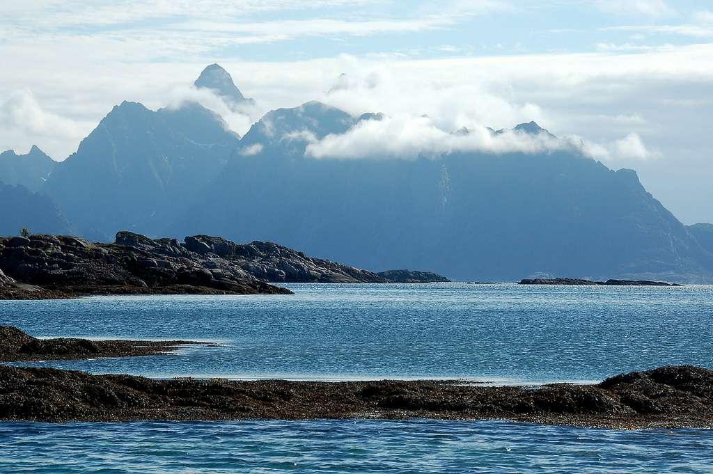 Les îles Lofoten (Norvège), situées au large de Bodø, au nord du cercle polaire. Le climat y est très particulier : il s'y produit la plus grande anomalie positive de température hivernale par rapport à la latitude. L'archipel est bordé par le Gulf Stream et ses extensions, la dérive nord-atlantique et le courant norvégien. Les étés et les hivers y sont donc très doux. Entre juin et août, les températures maximales peuvent ainsi dépasser les 25 °C, avec des moyennes de l'ordre de 20 °C. © James Stringer, cc by nc 2.0