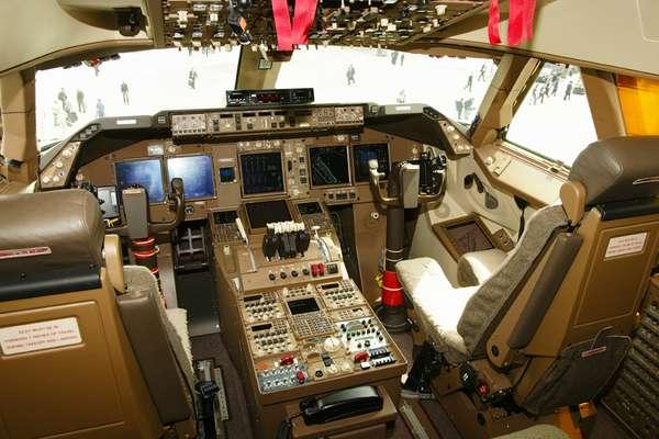 Le cockpit est fidèle aux habitudes de la maison, de la même manière que la famille Airbus (même le militaire A400M), et présente une grande homogénéité dans ce domaine. On remarque les imposants manches à balai. © David Barrie/AeroWeb-fr.net