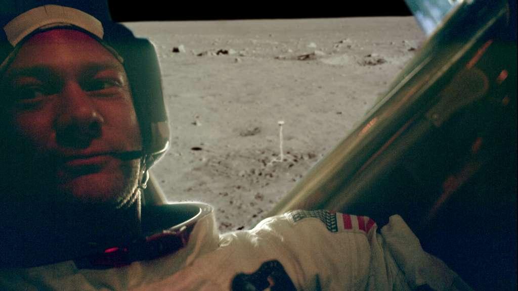 La communion de Buzz Aldrin sur la Lune était un moment fort, mais peu médiatisé de la mission Apollo 11, selon Olivier de Goursac. © Images Nasa/JSC, Retraitements Olivier de Goursac. Tous droits réservés