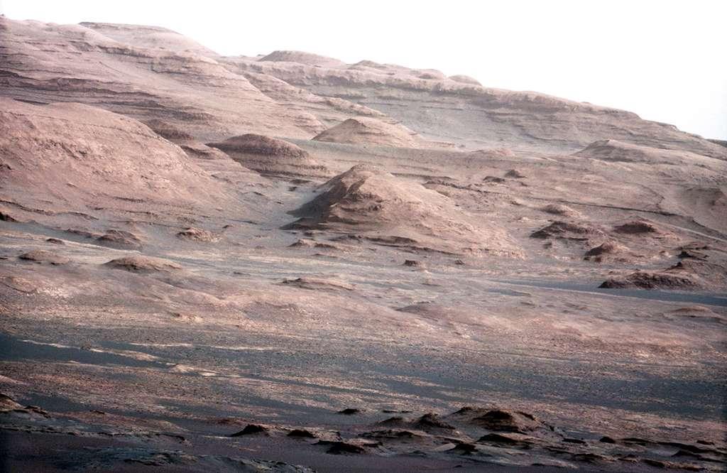 Les strates du mont Sharp que doit étudier Curiosity. © Nasa/JPL