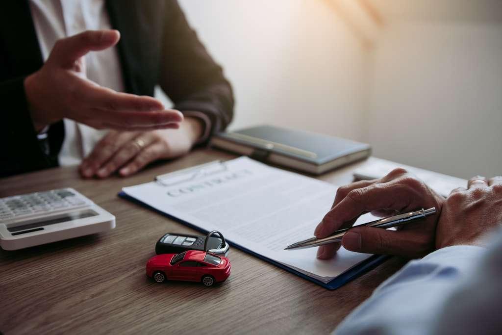 Avant de se lancer dans l'achat d'une voiture, consulter un comparateur d'assurances peut s'avérer utile. © Wutzkoh, Adobe Stock
