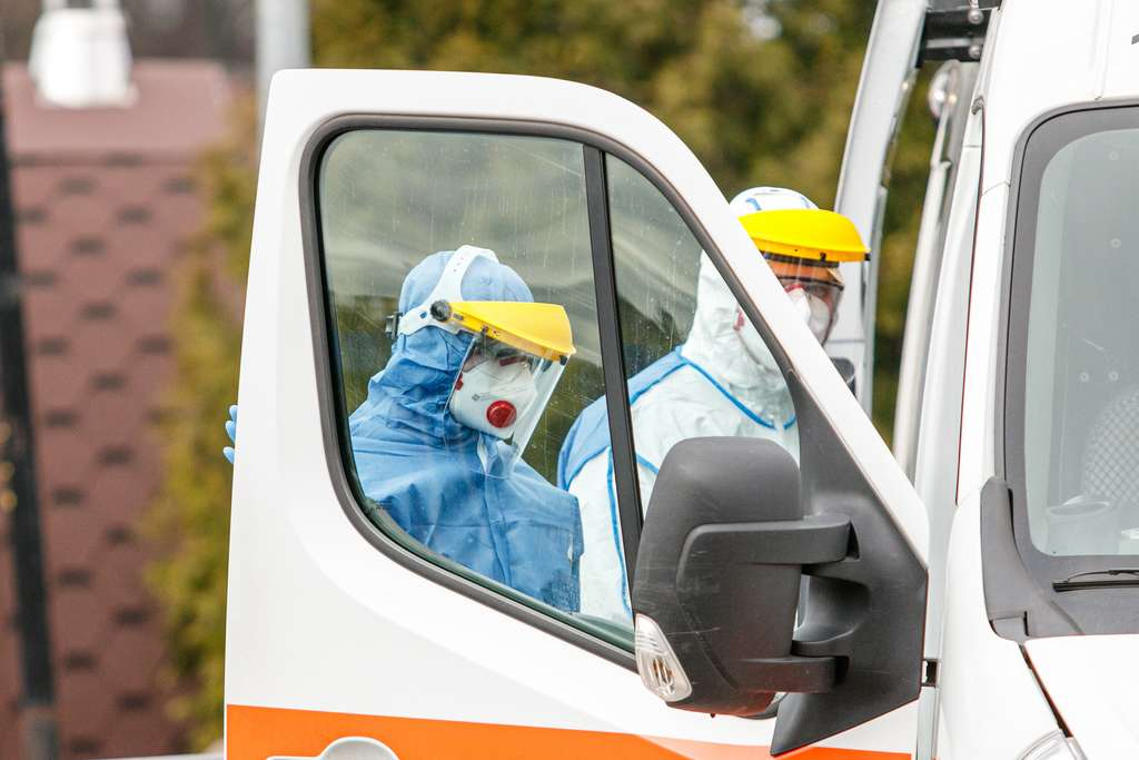Deux heures plus tard, un technicien équipé des protections nécessaires est venu récupéré le dispositif. © Rokas, Adobe Stock