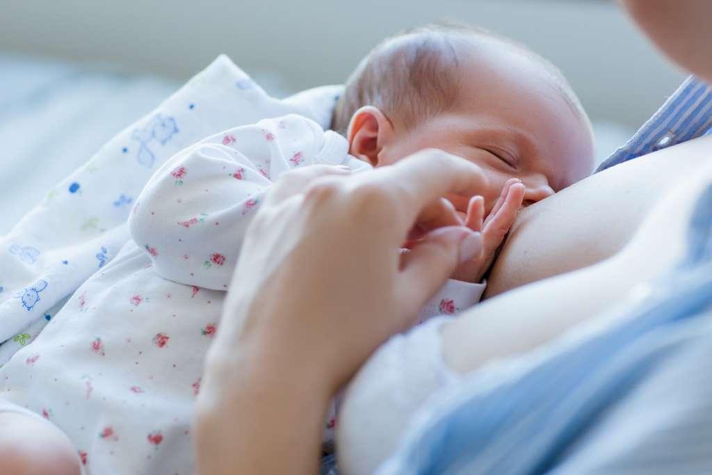 L'allaitement maternel procure des bienfaits au bébé et à la maman. © golubovy, Adobe Stock