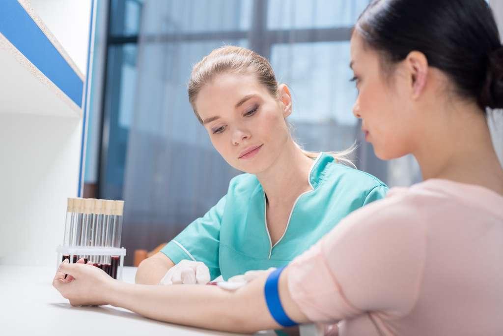 Le chargé d'études cliniques doit s'assurer du bon déroulement des essais cliniques dans les hôpitaux par exemple en collaborant directement avec l'équipe médicale. © LIGHTFIELD STUDIOS, Fotolia.