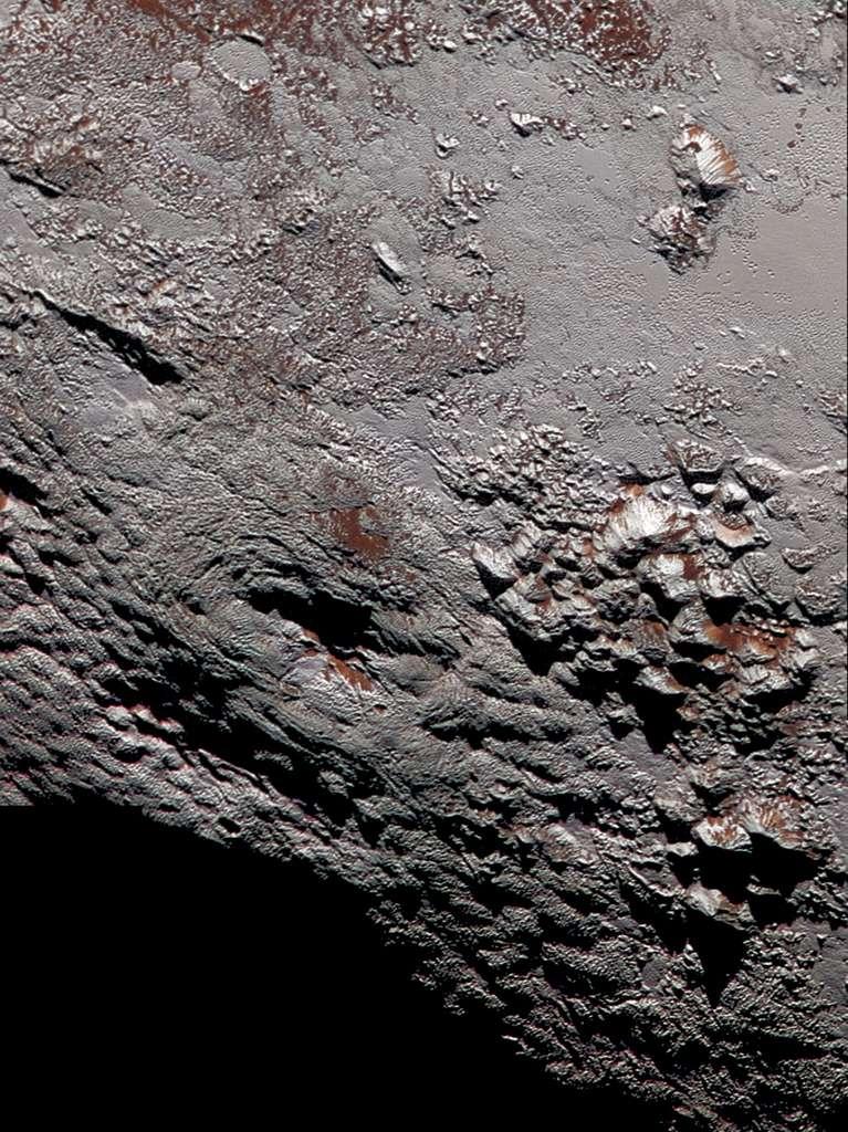 Image composite du mont Wright et de ses environs réalisée avec Lorri et Ralph/MVIC, le 14 juillet 2015. Haute de 4 km et étalée sur environ 150 km, cette montagne affichant une bouche de 56 km à son sommet pourrait être un cryovolcan comme le suspectent les scientifiques de la mission. © Nasa, JHUAPL, SwRI