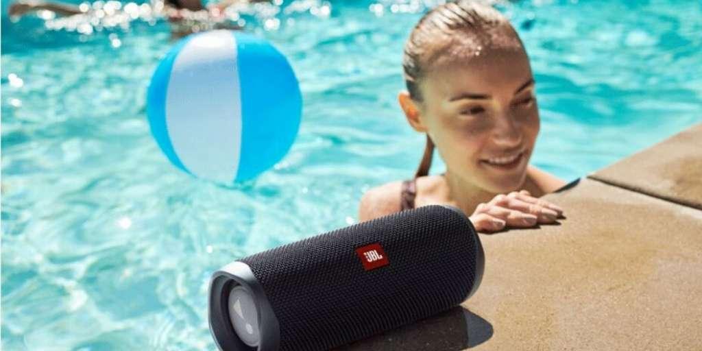 La JBL Flip 5, un haut-parleur étanche au son puissant. © JBL