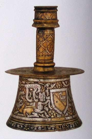 Chandelier, dinanderie importée à Venise de Damas vers 1400, les Vénitiens commerçaient beaucoup avec l'Orient