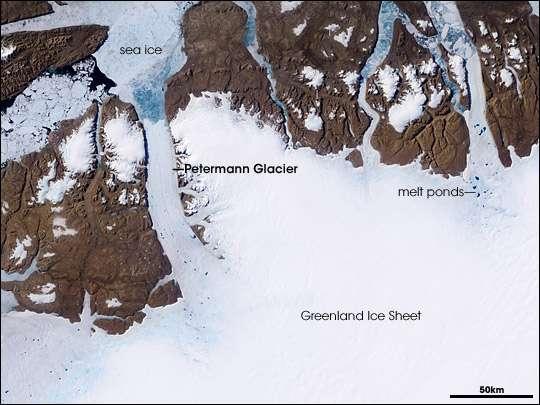 Le glacier Petermann se situe à l'extrême nord-ouest du pays. Son bassin versant draine 4 % de l'inlandsis groenlandais et sa langue relie cette calotte polaire à l'océan Arctique. © Nasa/Jesse Allen/Robert Simmon