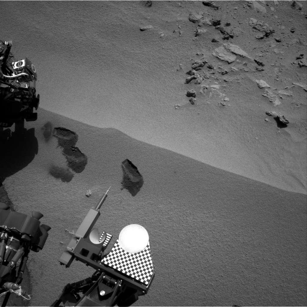 Les 3 premières traces de pelle de Curiosity sur le sol martien