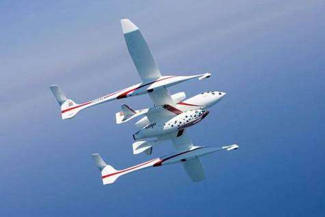 Space Ship One accroché sous le ventre de son avion porteur, le White Knight. Cette technologie de pointe, inimaginable pour une firme privée il y a quelques décennies, a convaincu la NASA de conclure un accord de partenariat technologique. Crédit Virgin Galactic.
