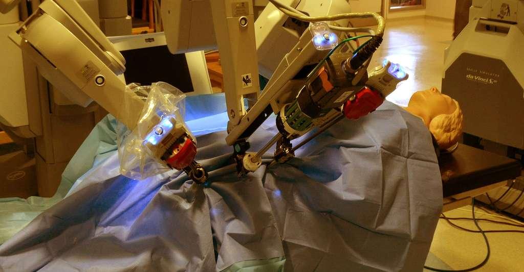 Robot chirurgical Vinci. © Cmglee - CC BY-SA 3.0