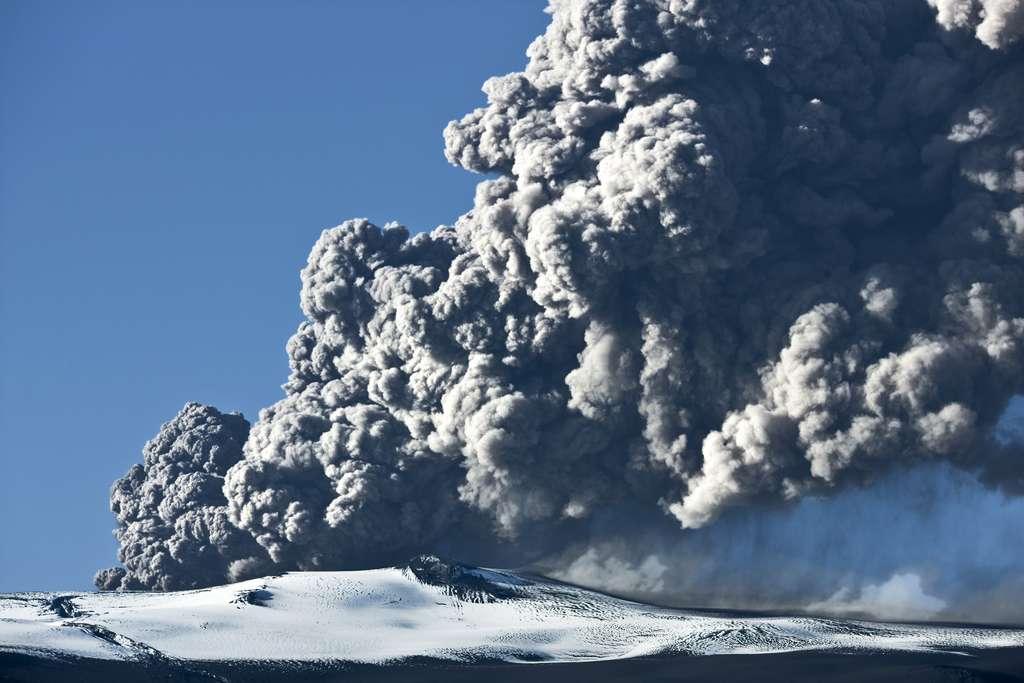 L'éruption du volcan Eyjafjallajokull, en 2010, avait paralysé le ciel européen et le trafic aérien. © klikk, Adobe Stock