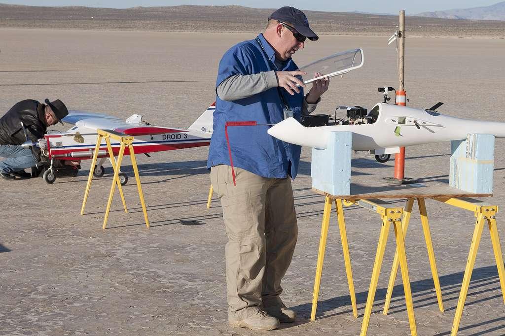 Derniers préparatifs : la fermeture de la verrière du modèle réduit, équipé d'une caméra. © Nasa, centre de recherche aéronautique Dryden, Tom Tschida