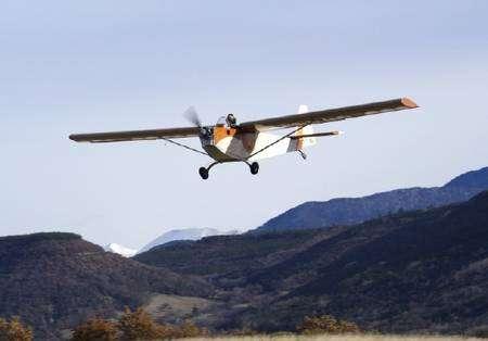 Le 23 décembre 2007, ce petit avion monoplace, baptisé Electra et piloté par Christian Vandamme, a parcouru plus de 50 kilomètres en 48 minutes après son décollage d'Aspres-sur-Buëch (Hautes-Alpes). Particularité : dérivé de la Souricette (inénarrable célébrité de l'aviation de loisir), l'Electra était propulsé par un moteur électrique de 25 chevaux alimenté par une batterie lithium-polymère. Nul doute que le prototype de l'Institut Fraunhofer intéressera l'équipe de l'Apame, Association pour la promotion des aéronefs à motorisation électrique... © Apame