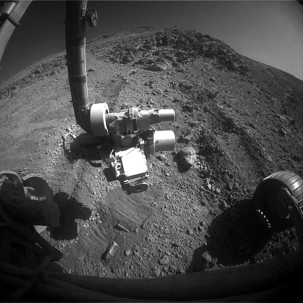 Tout proche de sa cible, Opportunity a malheureusement dû renoncer malgré ses tentatives de l'atteindre. On peut voir sur cette image, les traces de dérapages du rover sur ce terrain sablonneux en pente. © Nasa, JPL-Caltech