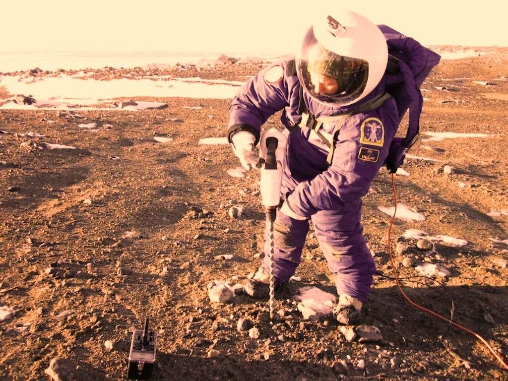 Margarita Marinova semble occupée à forer dans le sol martien. © Jon Rask