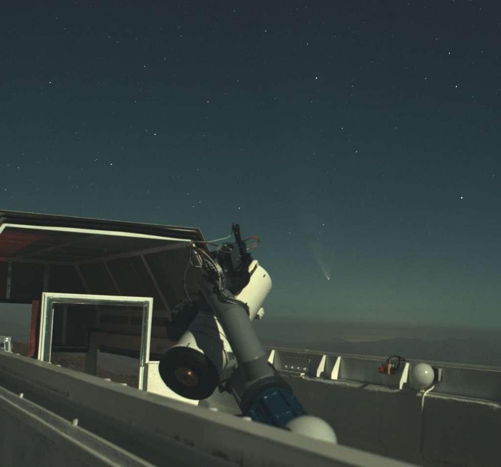 Le télescope Tarot installé au Chili est ici photographié en 2007 lors du passage de la comète Mc Naught. © Tarot Images