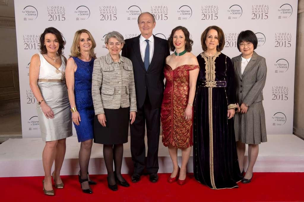 Les cinq lauréates 2015 autour d'Irina Bokova, directrice générale de l'Unesco (en veste grise) et Jean-Paul Agon, président de la fondation L'Oréal. À gauche, Dame Carol Robinson et Thaisa Storchi Bergmann, et, à droite, Molly S. Shoichet, Rajaâ Cherkaoui El Moursli et Yi Xie. © Fondation L'Oréal