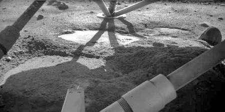 Photographie prise sous la sonde juste après l'atterrissage. Des plaques blanchâtres sont très nettement visibles. Elles s'avèreront être formées de glace. Crédit Nasa/JPL