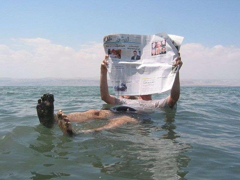 La mer Morte est un lac formé sur 45 m d'épaisseur de sel. L'eau est si concentrée que le corps humain flotte sans effort. © Pete, Wikipédia, GNU 1.2