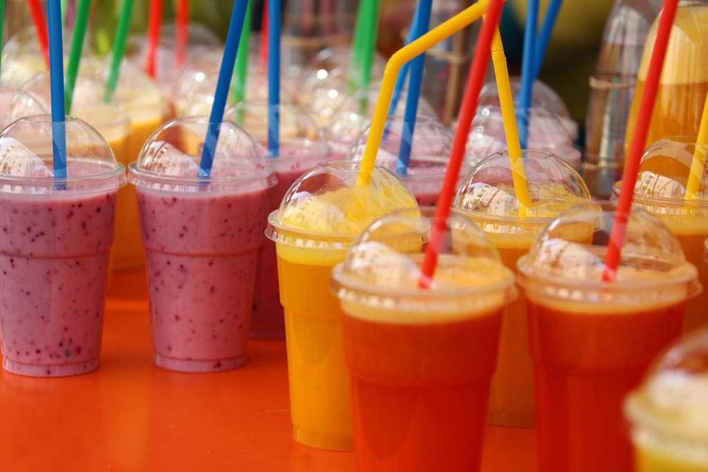 Encore peu utilisées il y a une dizaine d'années, les pailles en plastique se sont imposées dans la restauration rapide. © PxHere