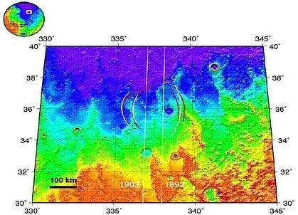 Dans la zone équatoriale, MARSIS a également détecté la présence d'un cratère enfoui, invisible à l'oeil nu, qui pourrait être rempli de glace. (Crédits : ESA)