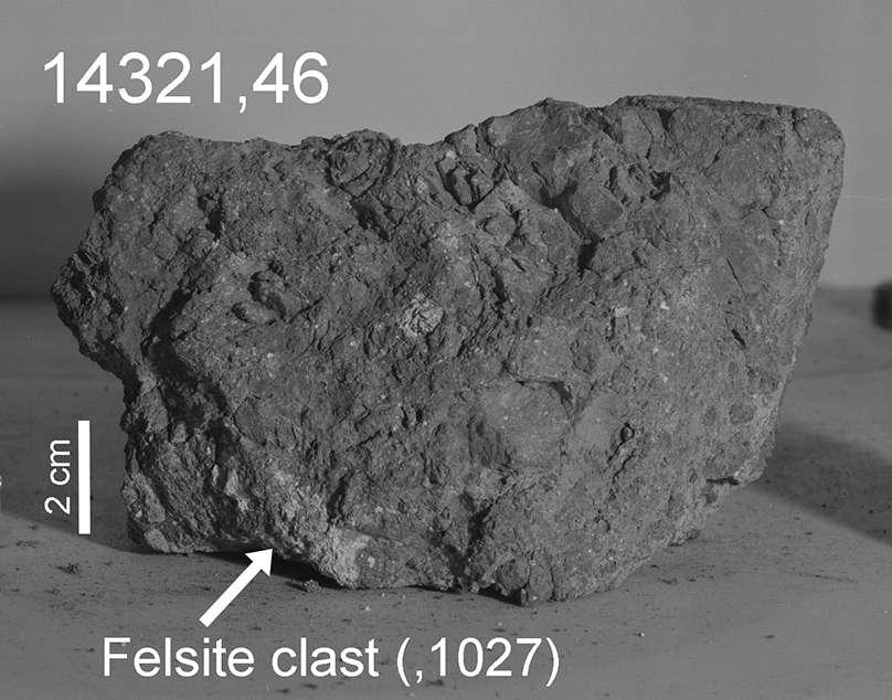Cette brèche est ce qui semble être le type de roche éjectée le plus représentatif des matériaux de la formation Fra Mauro. La roche clastique où les zircons ont été trouvés est indiquée par la flèche. © Nasa