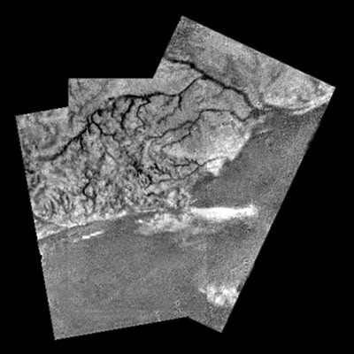 Mosaïque de trois images prises par Huygens lors de sa descente dans l'atmosphère de Titan. (crédits : ESA/NASA/JPL/University of Arizona)