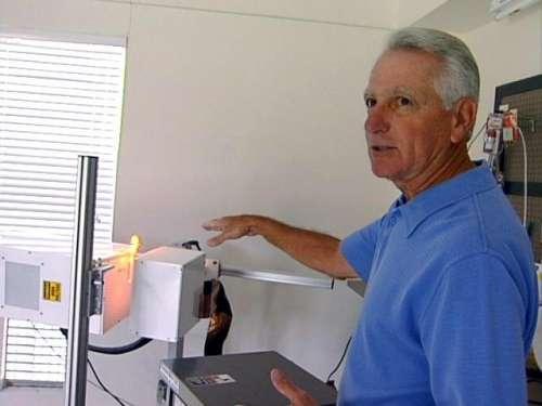 John Kanzius devant sa machine qui guérit le cancer et enflamme l'eau de mer. © WPBF-TV2