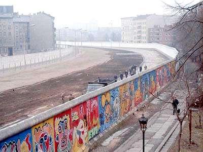 La construction du mur de Berlin est liée aux conséquences de la seconde guerre mondiale, photo prise en 1986. © Noir, Wikimedia Commons, CC by-sa 3.0