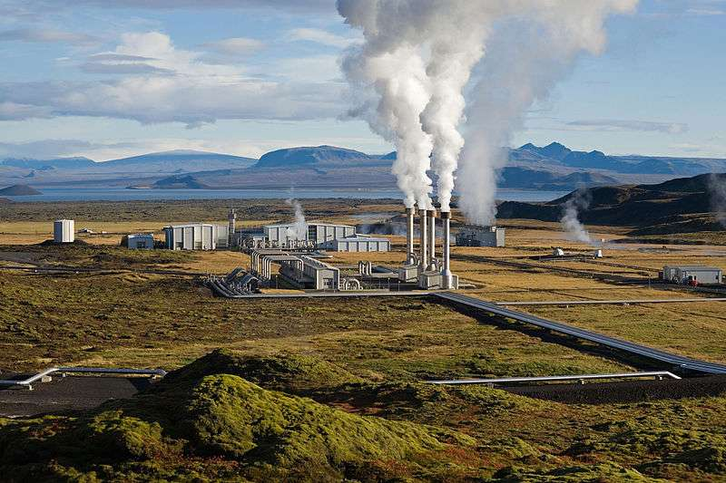 La centrale islandaise de Nesjavellir produit de l'électricité grâce à l'énergie géothermique, comme les installations du champ géothermique de la mer de Salton.