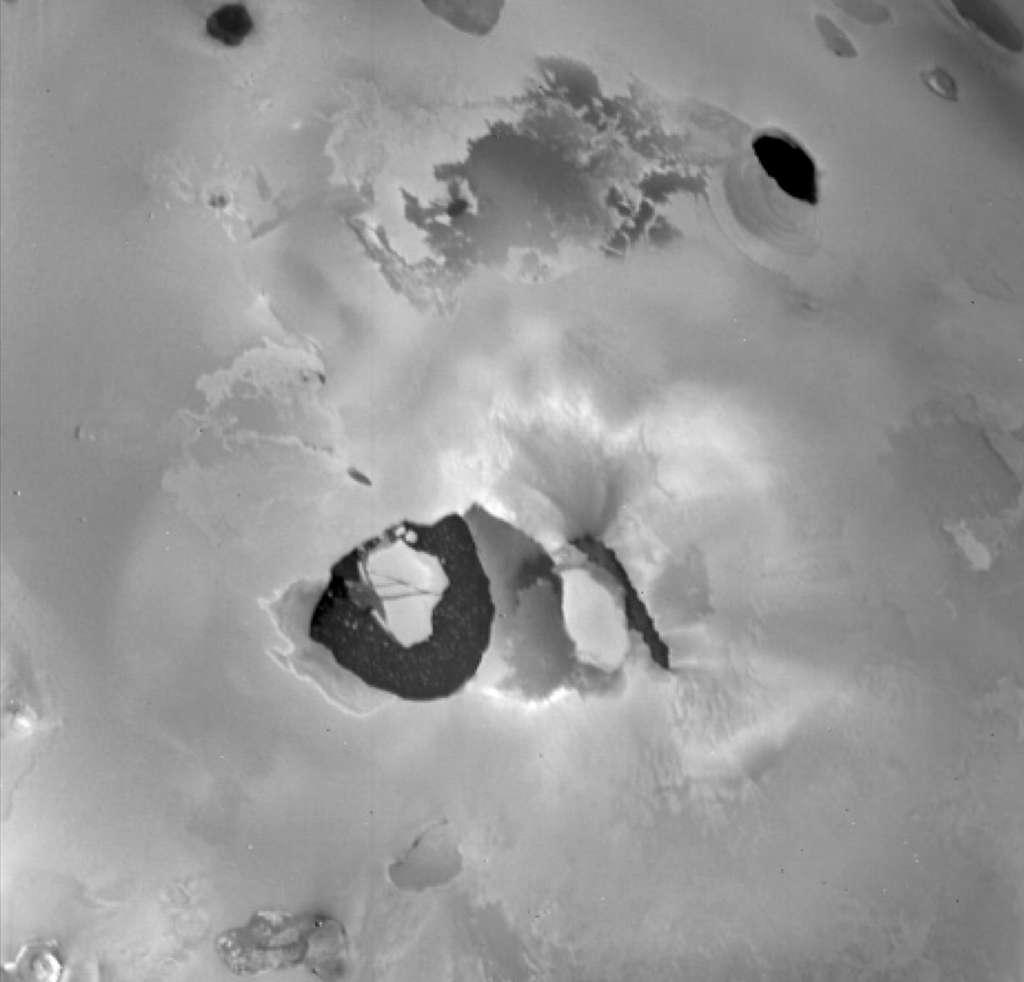 Cette image prise par la sonde Voyager 1 en mars 1979 montre le volcan Loki sur la lune Io de Jupiter. On voyait déjà bien son lac de lave, une zone sombre en forme de U d'environ 200 kilomètres de diamètre. © Nasa