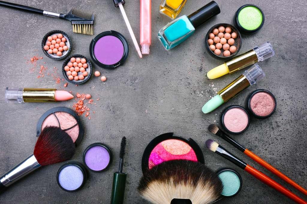 Les cosmétiques se distinguent aussi par leur utilisation : il y a une différence entre ceux que l'on rince immédiatement et ceux qui restent sur la peau toute la journée. © Africa Studio, Shutterstock