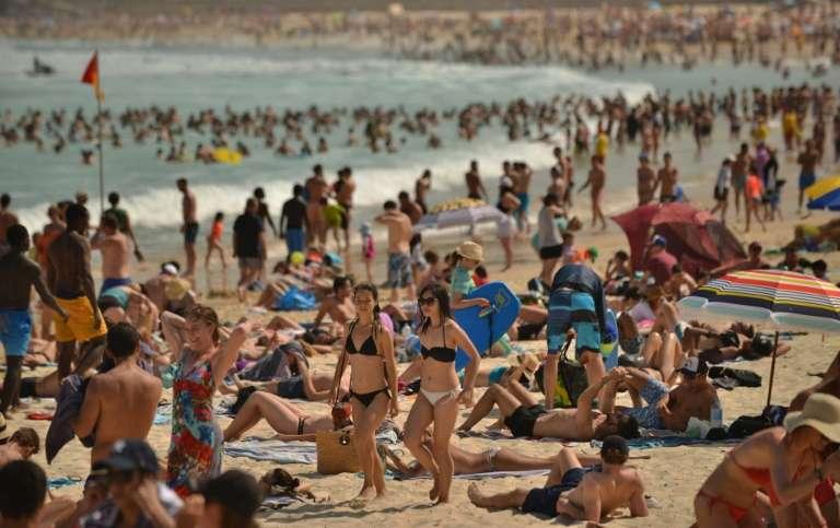 Près de Sydney, la plage de Bondi bondée, le 5 octobre 2017. Dimanche 7 janvier 2018, la ville a connu un record de chaleur avec une température maximale de 47,3 °C, à marquer dans les annales, même si des pics de températures de plus de 40 °C sont courants en été. © Peter Parks, AFP, Archives