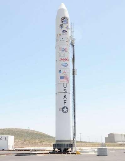 Le lanceur Minotaur IV avec dans sa coiffe le démonstrateur Falcon HTV-2, construit par Lockheed Martin pour le compte de la Dapra. Par rapport au premier exemplaire, l'engin qui doit décoller ce soir a un centre de gravité différent, un angle d'attaque réduit et de petits propulseur pour l'aider à contrôler sa trajectoire. Si le vol ce passe bien, le Falcon HTV-2 devrait s'abîmer dans l'océan Pacifique (trajectoire contrôlée), près du site d'essai balistique Ronald Reagan dans les Iles Marshall. © Darpa