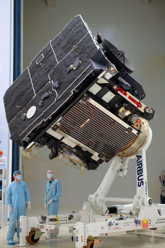 La sonde Solar Orbiter entièrement assemblée avec, au premier plan, son bouclier thermique. © ESA, S. Corvaja