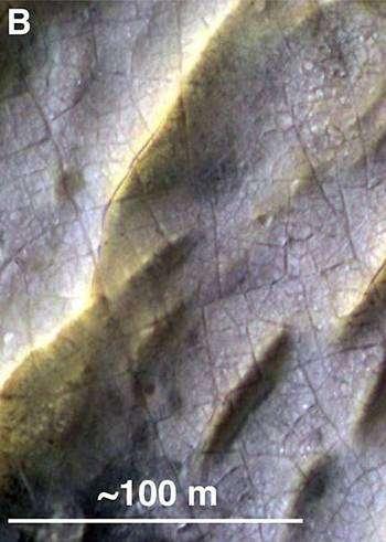 Cet agrandissement montre des fissures qui se sont probablement formées alors que le dépôt de sel était en train de sécher et de se solidifier. © Nasa/JPL/Arizona State University/University of Hawaii/University of Arizona