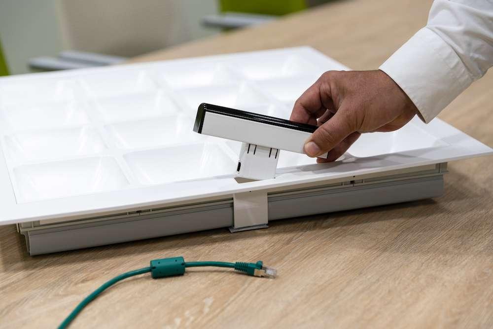 Il est possible de profiter du Li-Fi sur du matériel standard grâce à un adaptateur. © Signify